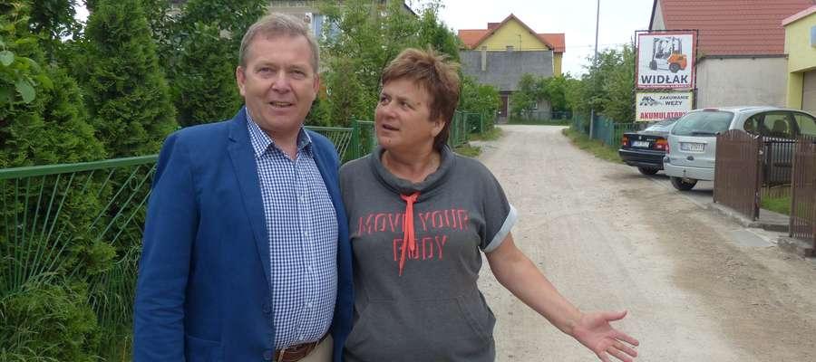 Radny Janusz Zaborowski oraz Teresa Kalwas z iławskiego Gajerka na jednym z łączników ulic (Gdańska-Chełmińska), który zostanie wyremontowany