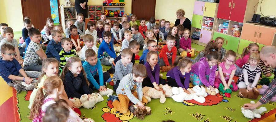 Pracownicy Centrum Powiadomienia Ratunkowego z Olsztyna w Przedszkolu w Pieckach