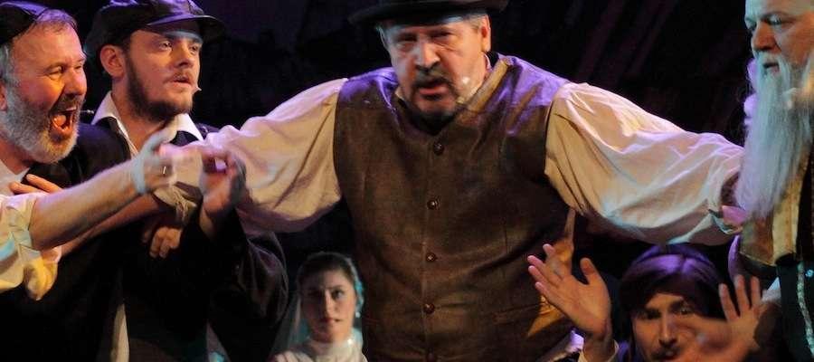 Skrzypek na dachu na scenie elbląskiego teatru wystawiany jest od 12 listopada 2011 roku