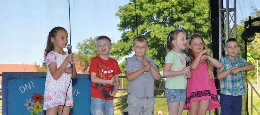 Dzieci na piknikowej scenie w Bratianie