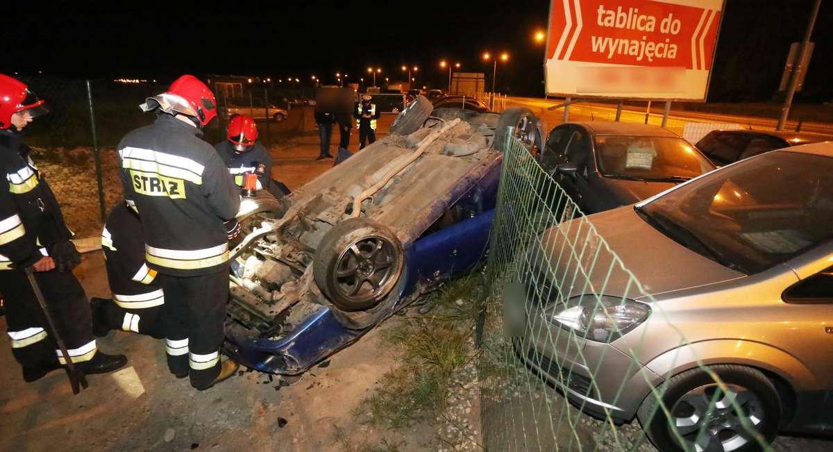 Dachowanie Sielska  Olsztyn-rozpędzone Subaru Impreza wjechał na Sielskiej do autokomisu i dachował. Zniszczył ogrodzenie i dwa inne samochody.Kierowca 22 lata trzeźwy,kobieta pasażer nieprzytomna do szpitala.