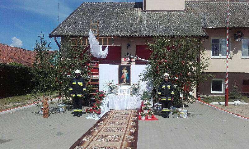 Ołtarz w Kiwitach przygotowany przez mieszkańców i OSP Kiwit