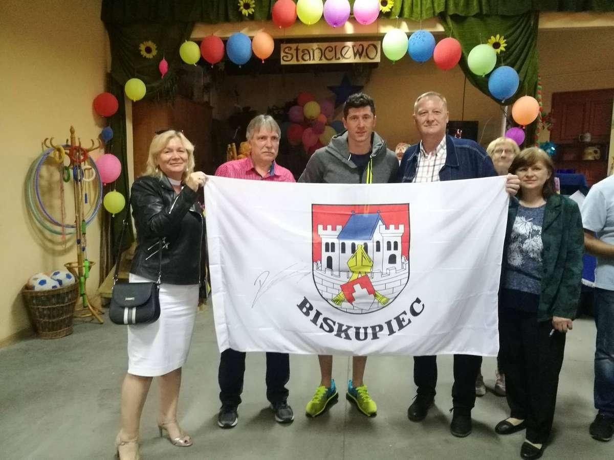 Robert Lewandowski spotkał się z mieszkańcami Stanclewa - full image