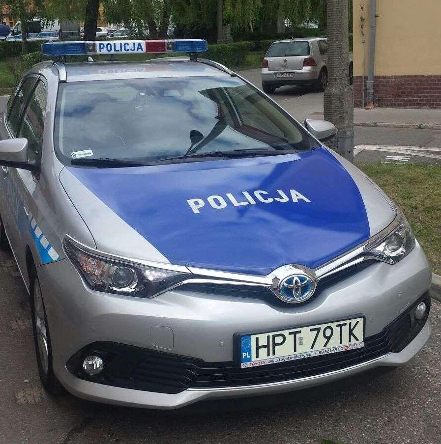 Olsztyńscy policjanci testują radiowozy z napędem hybrydowym - full image
