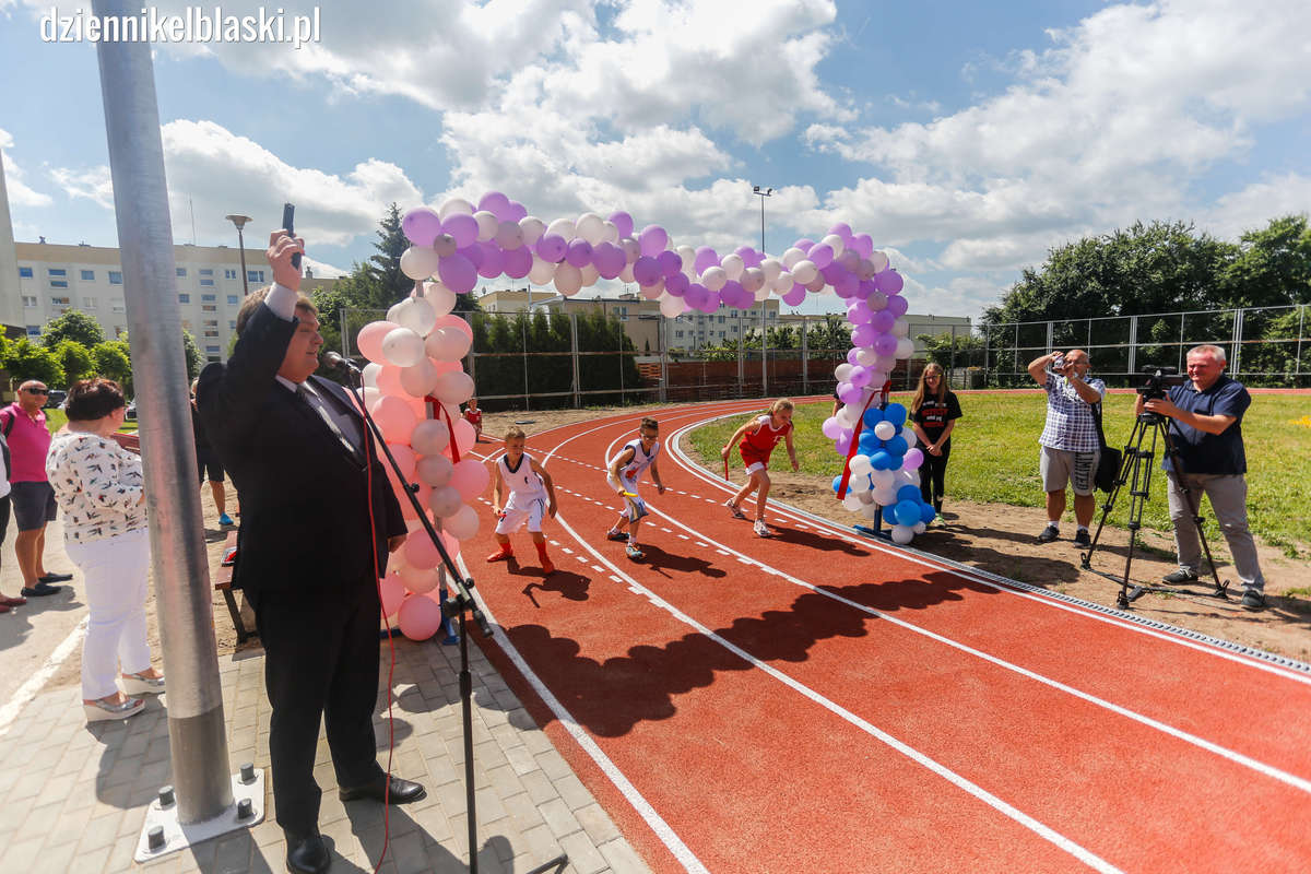 Bieżnia lekkoatletyczna przy Zespole Szkół nr 1 w Elblągu zyskała nową nawierzchnię i wygląd  - full image
