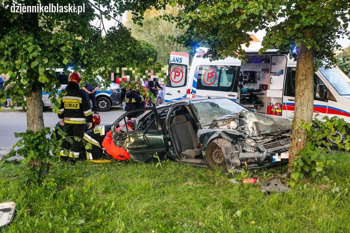 Wypadek na Malborskiej. Była pijana, wyprzedzała i uderzyła w dwa drzewa, dwie osoby ciężko ranne [zdjęcia] - full image