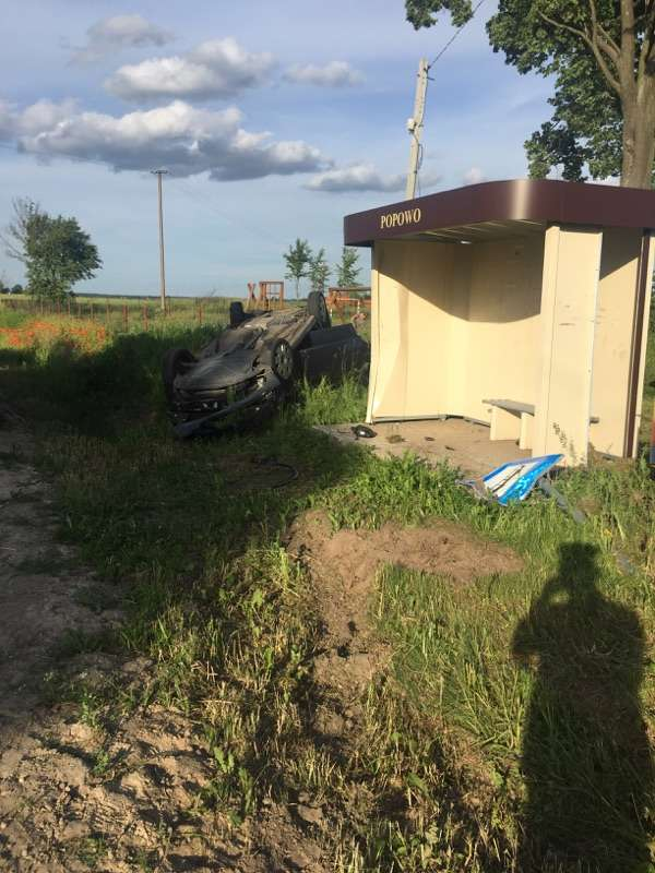 Auto uderzyło w wiatę i dachowało. Dwoje dzieci w szpitalu - full image