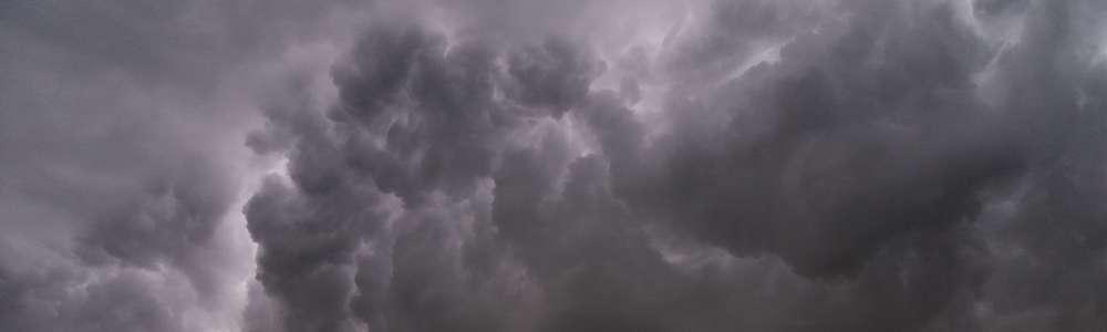 Burze z gradem nad Warmią i Mazurami. Synoptycy wydali ostrzeżenie