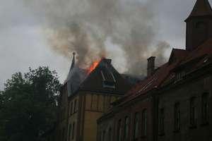 Pożar na Zatorzu w Olszynie. Płonie były budynek jednostki wojskowej [ZDJĘCIA]