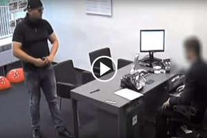 Sprawca napadu na bank w Olsztynie wciąż poszukiwany. Policja udostępniła film