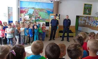 """Dzielnicowi z Rybna rozmawiali o bezpiecznych wakacjach i przekazali """"prawo jazdy"""" na rower"""