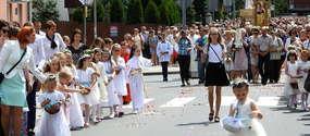 Nowomiejska procesja idzie ulicą Działyńskich