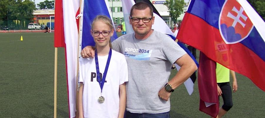 Paulina Fafińska z medalem i klubowym trenerem Markiem Tykarskim