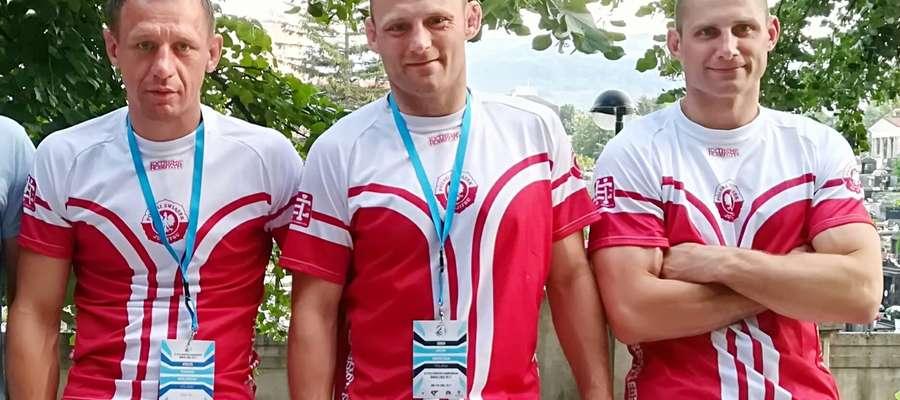 Olsztyński tercet w kadrze narodowej (od lewej): Tomasz Krajewski (siódmy w ME, kat. 85 kg), trener Jacek Szewczak i Tomasz  Szewczak, brązowy medalista ME w Banja Luce