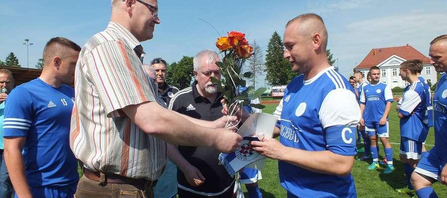 Tomasza Szłapaka (z prawej) żegna prezes Cresovii Grzegorz Danilewicz