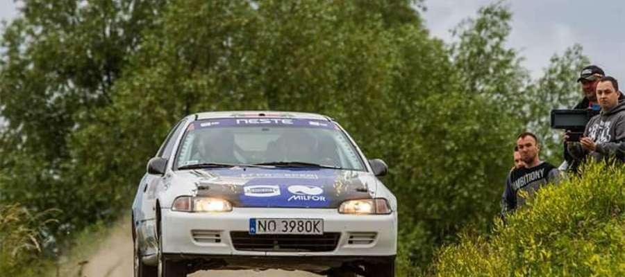Honda civic, którą podczas Rajdu Warmińskiego jechali Sebastian Chrzanowski i Adam Binięda