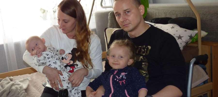 Młody ojciec po wypadku porusza się tylko na wózku inwalidzkim