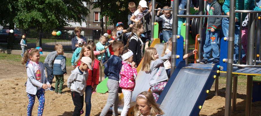 Dzieci stały w długich kolejkach, aby wypróbować nowe zabawki