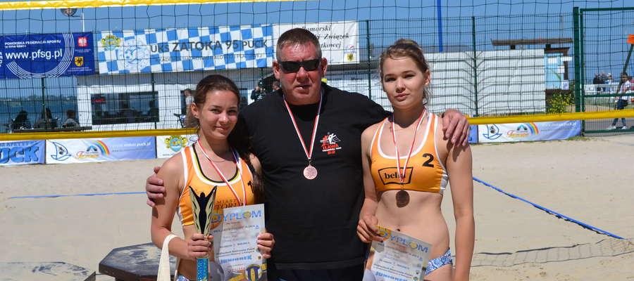 Siatkarki Zrywu-Volley Iława z trenerem Mieczysławem Pietroczukiem