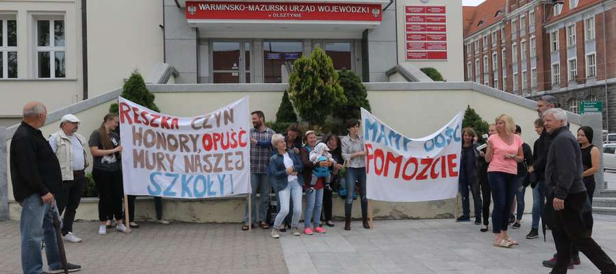 W Olsztynie protestowali rodzice dzieci uczących się w Szkole Podstawowej w Gietrzwałdzie