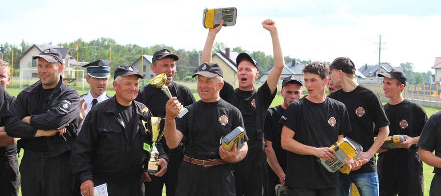Strażacy z OSP Karniszyn nie byli w stanie powstrzymać radości