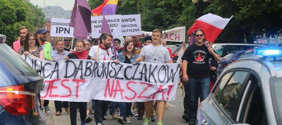 Protest Dąbrowszczaków  Olsztyn-Około 30 osób przeszło w sobotę ulicą Dąbrowszczaków w proteście przeciwko zmianie jej nazwy. Wymaga tego tzw. ustawa dekomunizacyjna. Ale jej przeciwnicy nie poddają się.