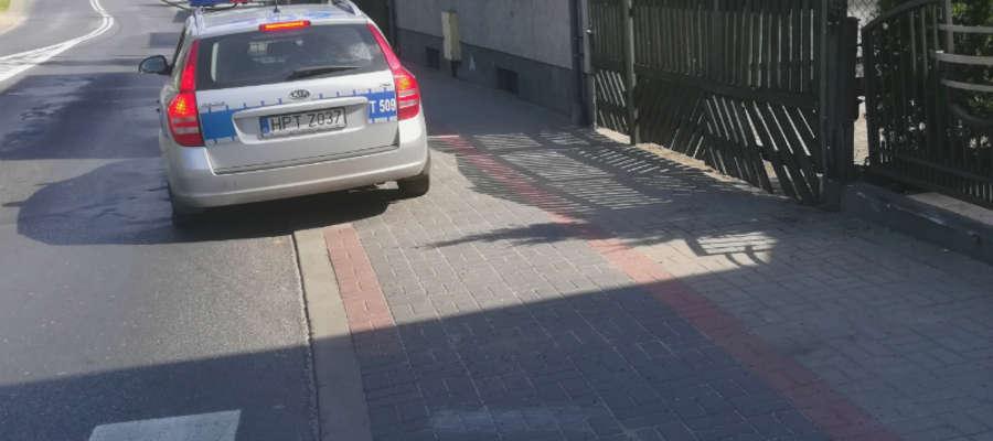 39-letni kierujący oplem przejechał przez chodnik i uderzył w ogrodzenie. Na szczęście na chodniku nie było pieszych