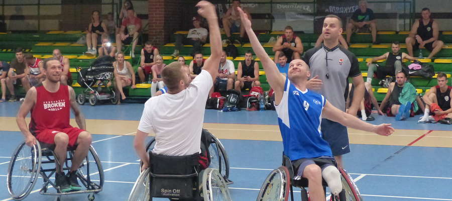 Nowinką poprzedniego turnieju był pokazowy mecz na wózkach inwalidzkich, w którym drużyna koszykarzy na wózkach z AKS OSW Olsztyn zmierzyła się z Dream Teamem Broken Ball vol. 11