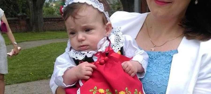 Anastazji było bardzo wygodnie na rękach matki chrzestnej