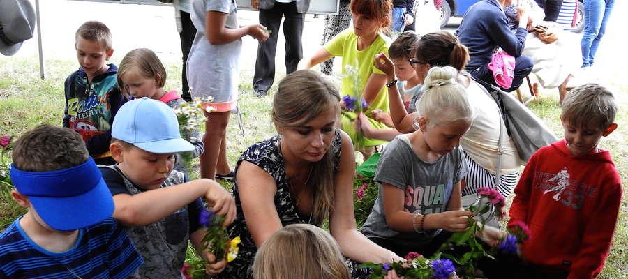 Dzieci z dużym zaangażowaniem uplatały wianki, które później popłynęły Drwęcą