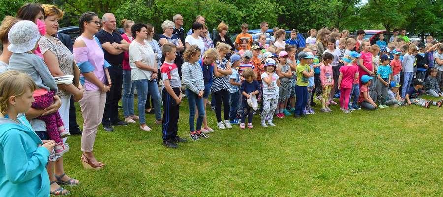 Dzieci z niecierpliwością czekały na uroczyste otwarcie placu zabaw