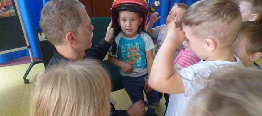 Dzieci mogły przymierzyć strażacki hełm