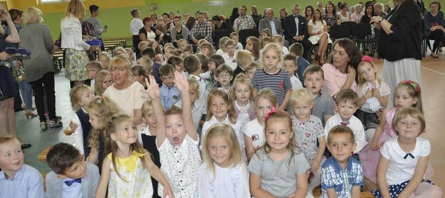 Dzieci podczas zakończenia roku szkolnego