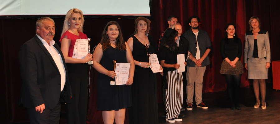 Sylwia (trzecia z lewej) po odebraniu nagrody