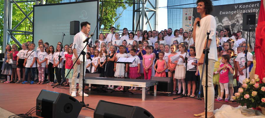 Koncert ewangelizacyjny w Ostródzie angażuje muzycznie dzieci, młodzież i dorosłych. Na scenie uczestnicy warsztatów razem z zespołem Gospel Rain