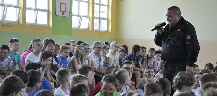Z dziećmi rozmawia Tadeusz Ruczyński z nowomiejskiej straży pożarnej