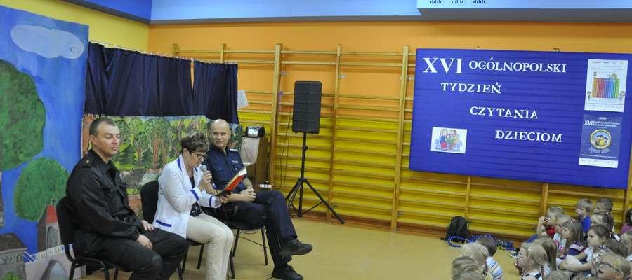 Dziecim czytali m. in. pielęgniarka szkolna pani Krystyna Kwiatkowska, strażak pan Marcin Rezmer i policjant pan Paweł Cherkowski