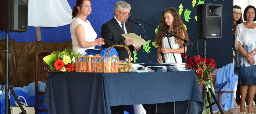 Gimnazjaliści z Zespołu Szkół w Kiwitach uroczyście pożegnali swoją szkołę