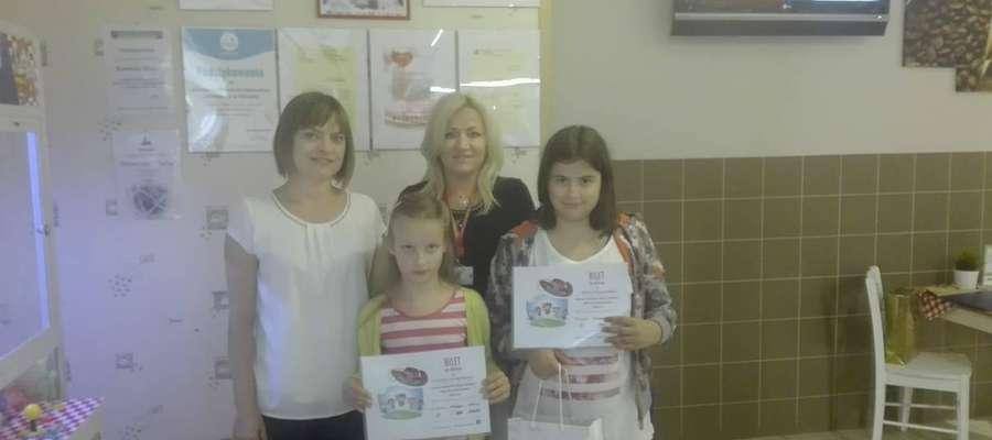 Przyszłość dla Dzieci i Intermarche (Fundacja Muszkieterowie).  Od lewej: Iwona Żochowska-Jabłońska, Elwira Kucharska (Intermarche). Na dole od lewej: Patrycja Skurzyńska, Magdalena Sokołowska