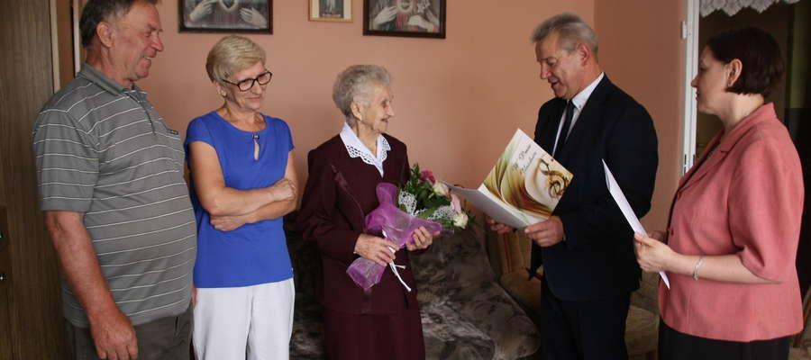 Życzenia urodzinowe pani Genowefie w piątek w obecności rodziny złożył wójt, urzędnicy, a także listownie sama premier Beata Szydło