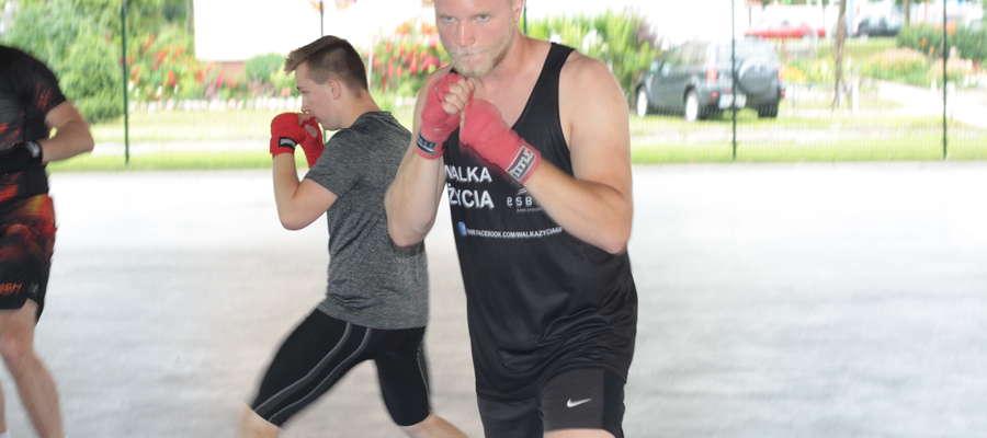 Na pierwszym planie Jakub Kacprzak. W Bartoszycach stoczył bokserskie walki z zawodnikami Bartoszyckiej Szkoły Taekwondo