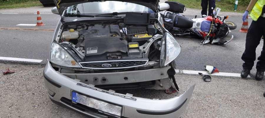 Na trasie Biała Piska - Kożuchy samochód osobowy marki Ford Focus zderzył się z motocyklem