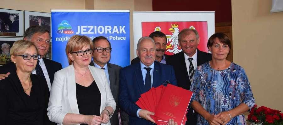 W spotkaniu uczestniczyli włodarze powiatu iławskiego, gminy wiejskiej Iława oraz gminy miejskiej Iława, którzy podpisali umowy o dofinansowanie dla swoich jednostek