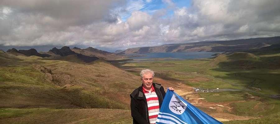 Mirosław Surawski, mieszkaniec Giżycka, na wzgórzu Krisuvik w Islandii