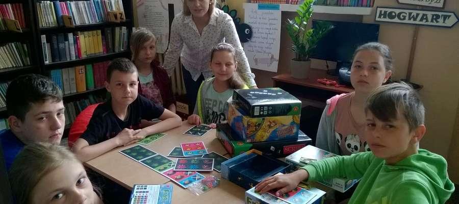 Dorota Żochowska ze swoimi uczniami biorącymi udział w kółku planszówkowym, które prowadzi od września.