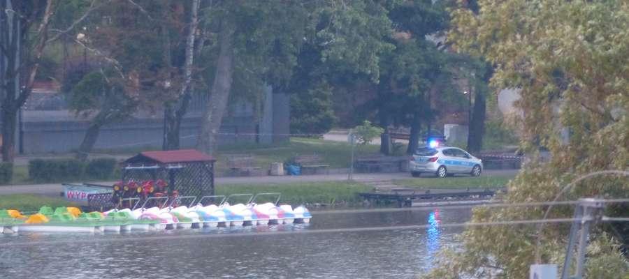 Policjanci, do czasu przybycia saperów z Lidzbarka Warmińskiego zabezpieczali znalezisko na brzegu jeziora w centrum miasta