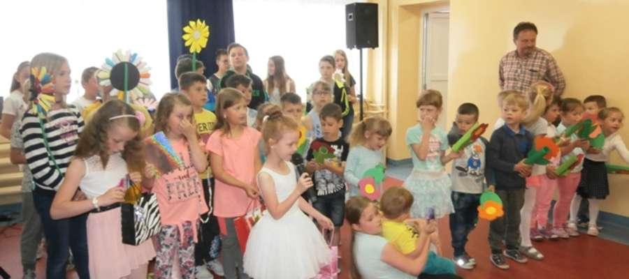 Dzieci na szkolnej scenie