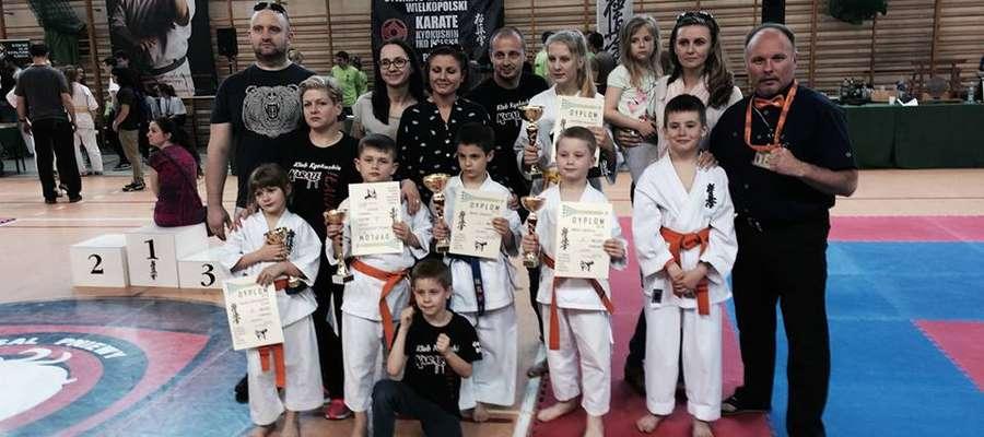 Ekipa iławskich karateków z rodzicami i trenerem Tomaszem Gąską