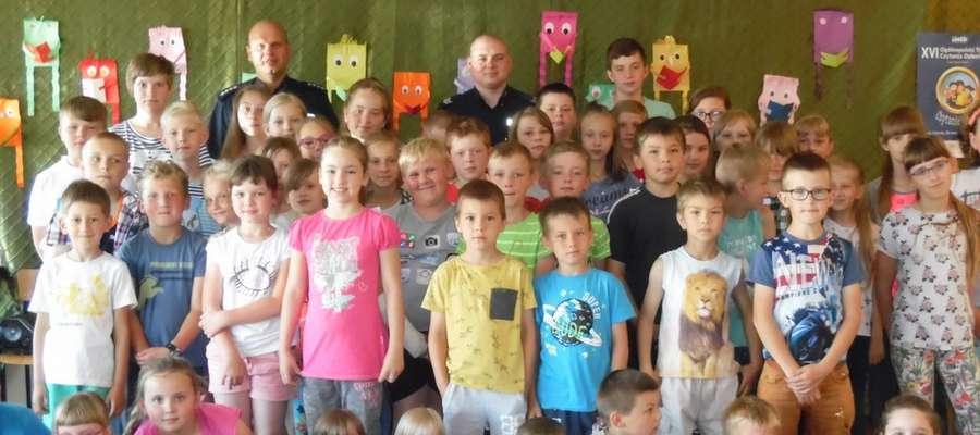 Na pamiątkowej fotografii gości z uczniami