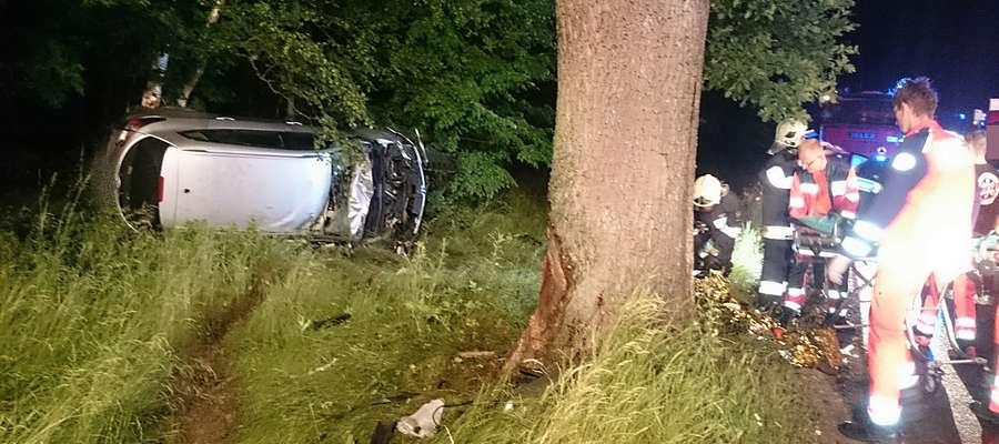 Zjechała z drogi i uderzyła w drzewo. Trzy osoby trafiły do szpitala [zdjęcia]